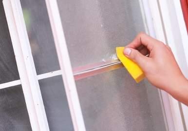 Как можно очистить скотч от пластикового окна: обзор эффективных средств в Ярославле